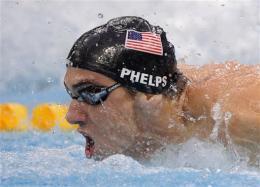 Michael Phelps acelera durante el relevo de 4x100 combainado que le dio su octava medalla de oro. (AP Photo/Mark J. Terrill)