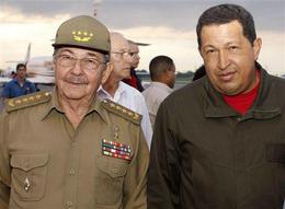 Raúl Castro y Hugo Chávez. Aeropuerto Internacional de La Habana, 21 de septiembre de 2008. (AP)